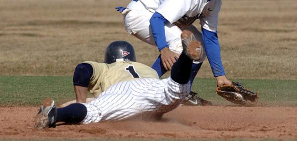 二塁打を打ちベースへとスライディング